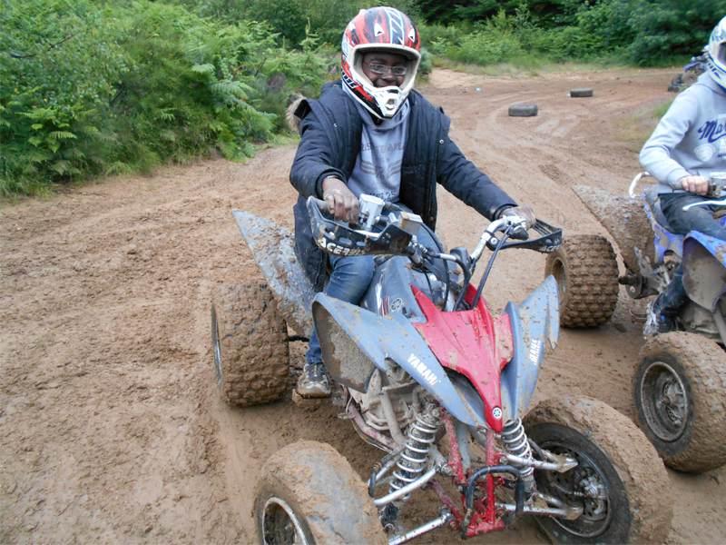 Adolescent conduisant un quad