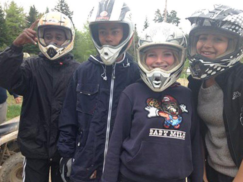 Groupe d'enfants portant un casque de sports mécaniques