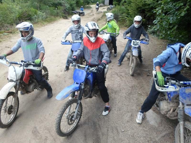 Groupe d'enfants à moto en forêt
