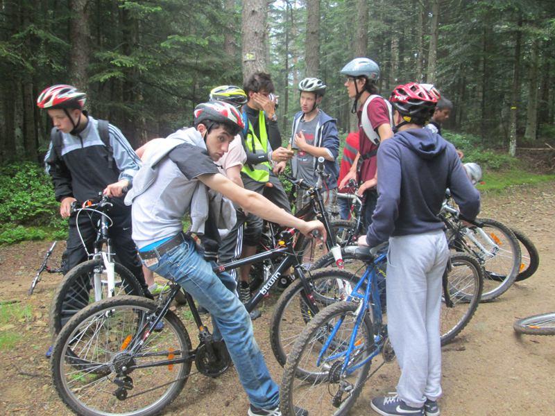 Groupe d'adolescents à vélo en forêt