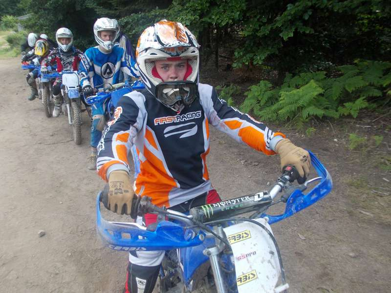 Groupe d'enfants à moto