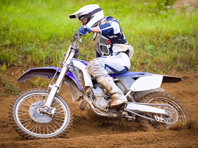 Enfant faisant de la motocross
