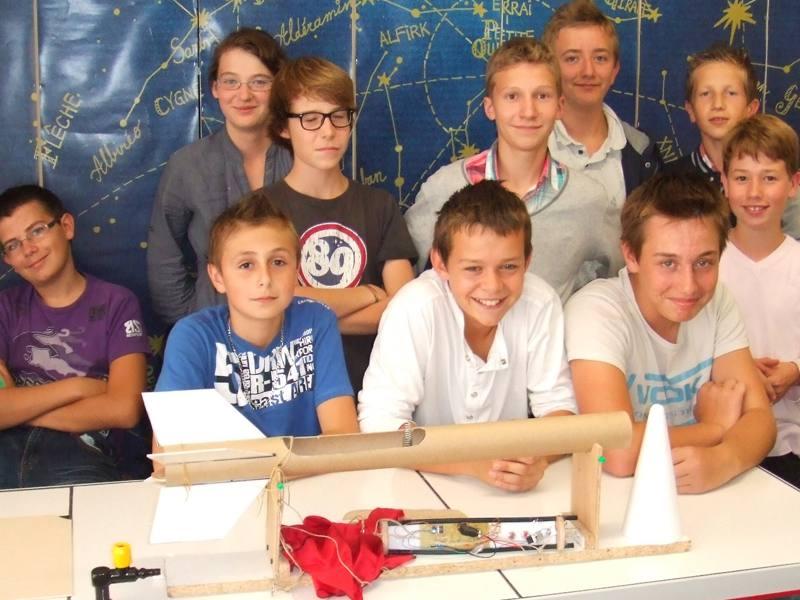 Groupe d'enfants autour d'une expérience scientifique