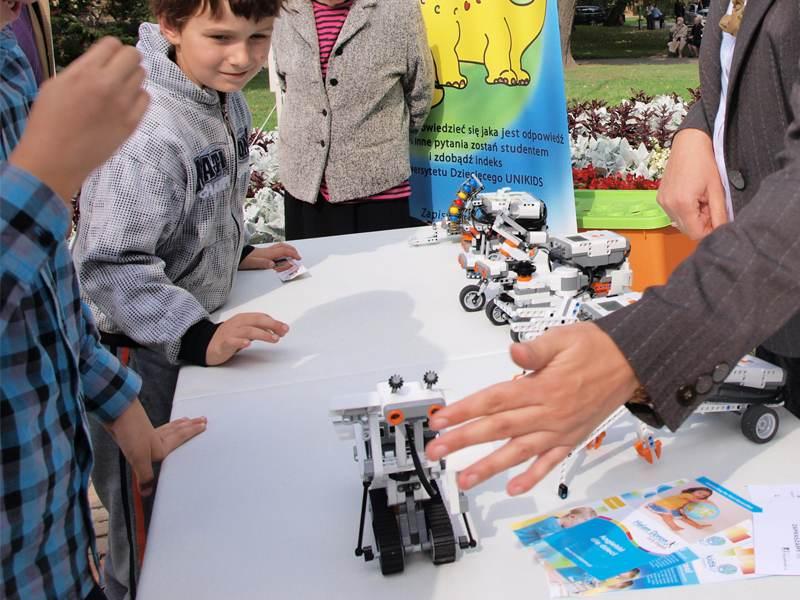Enfants découvrant la robotique