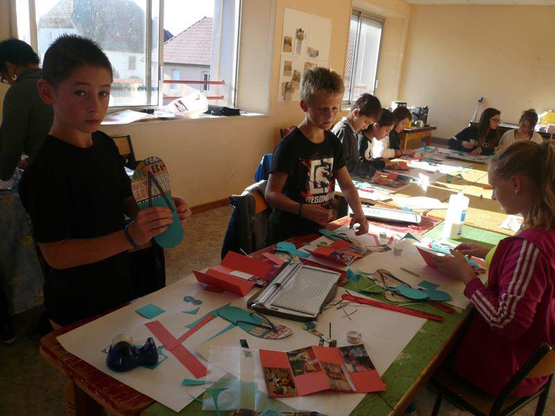 Enfants en colonie de vacances en train de faire des activités manuelles