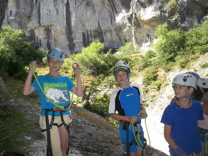 Groupe d'enfants équipés pour l'escalade