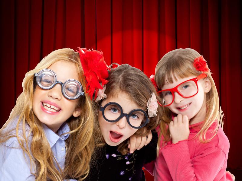 trois fillettes sur scène en colonie de vacances théâtre