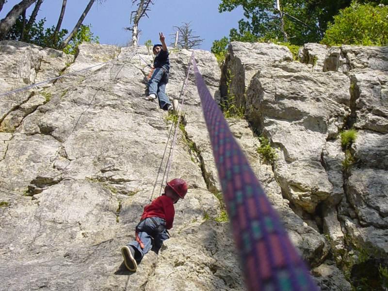enfants faisant de l'escalade sur roche en colonie