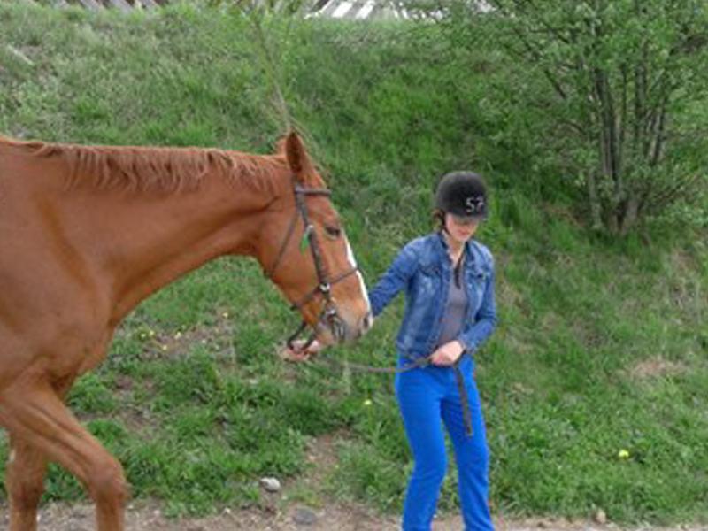 Adolescente en balade avec son cheval en colo