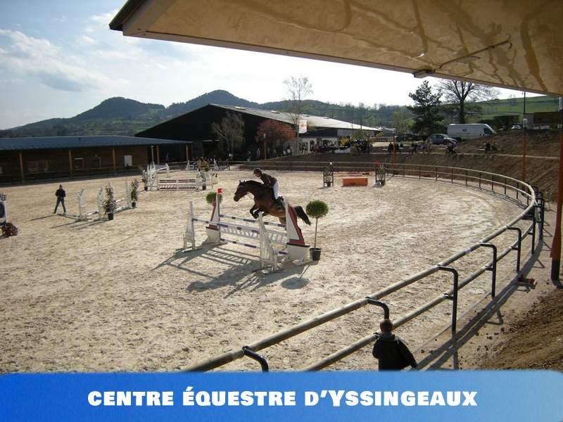 Vue sur le centre équestre d'Yssingeaux avec un cheval sur parcours