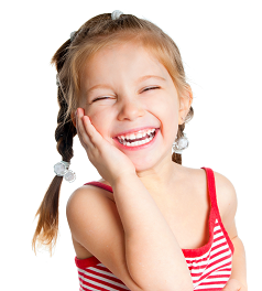 Petite fille qui rit en colonnie de vacances