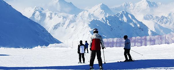Groupe de jeunes admirant les montagnes en colonie de vacances ski cet hiver