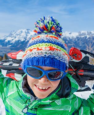 Portrait d'un enfant sur les pistes de ski en colonie de vacances