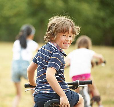 Enfant faisant du vélo en colonie de vacances