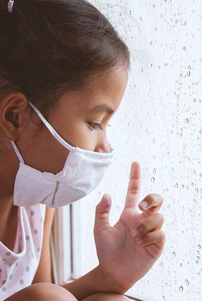 Jeune fillette portant le masque dans un bus