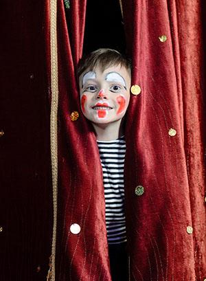 Enfant déguisé en clown en colonie de vacances artistique