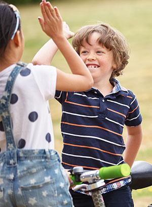 Enfant à la campagne en colonie de vacances multiactivités