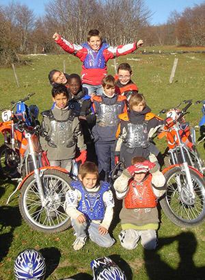 Groupe d'enfants en colo sports mécaniques à la toussaint