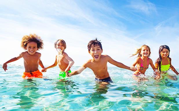Photos d'enfants se baignant à la mer cet été en colo