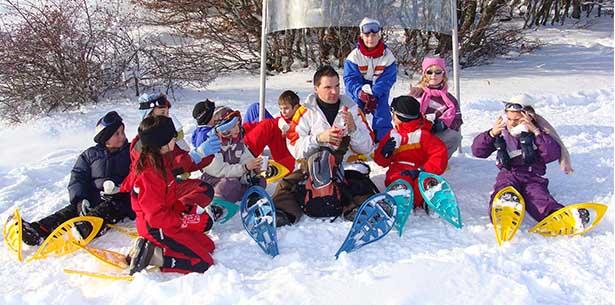 Enfants avec des raquettes à neige en colo