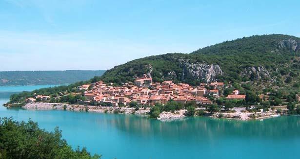 Vue sur le lac sainte croix en colonie de vacances dans le var cet été