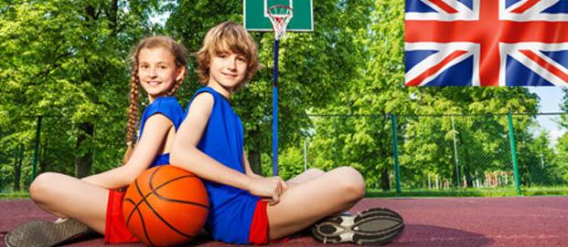 Jeunes en colo faisant du basket et apprenant l'anglais