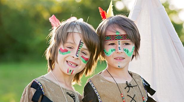 Portrait de deux frères déguisés en indiens cet été