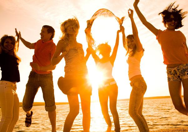 Groupe d'ados heureux en bord de mer cet été en colonie de vacances