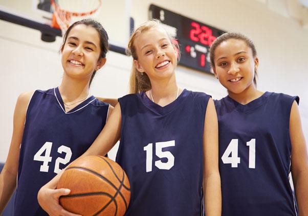 Jeunes filles en stage sportif de basket cet été