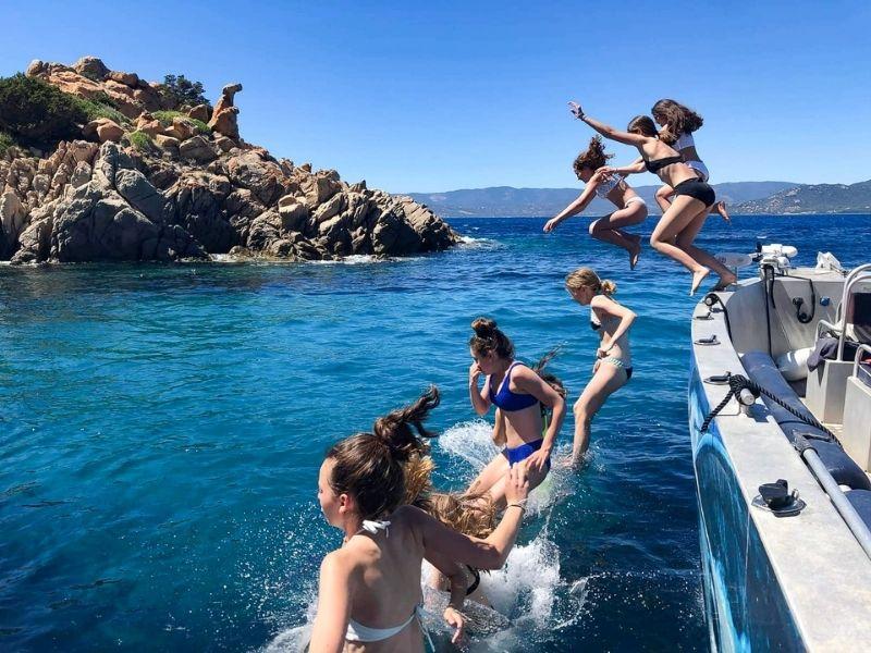 Ados faisant un saut dans l'eau en Corse cet été