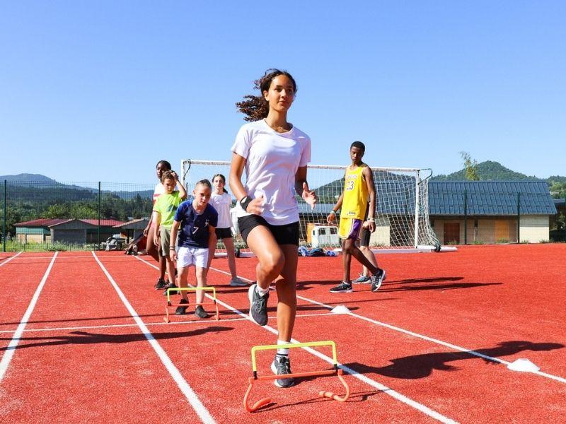 Photo d'une jeune faisant de l'athlétisme en stage sportif