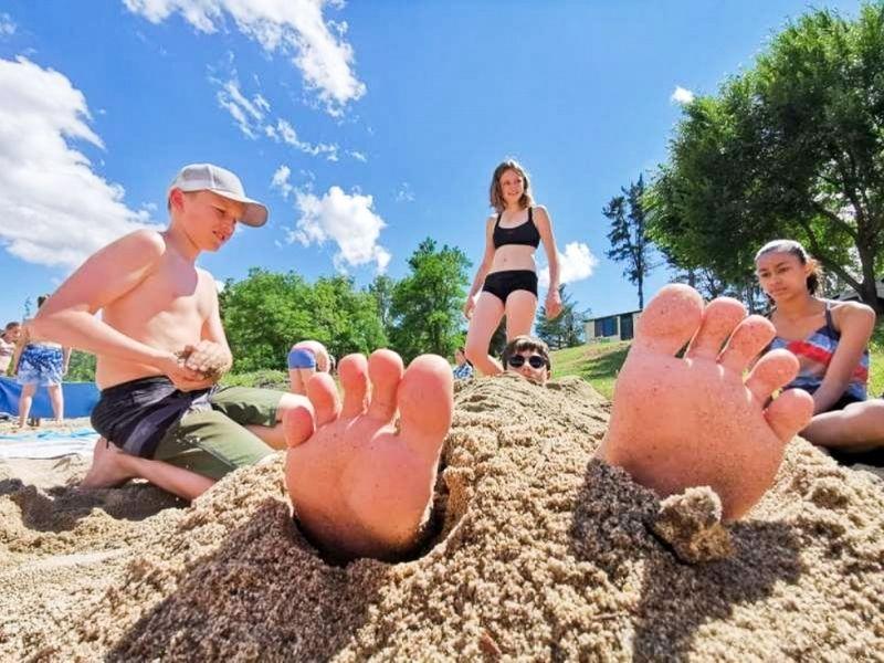 Photo d'un jeune les pieds dans le sable
