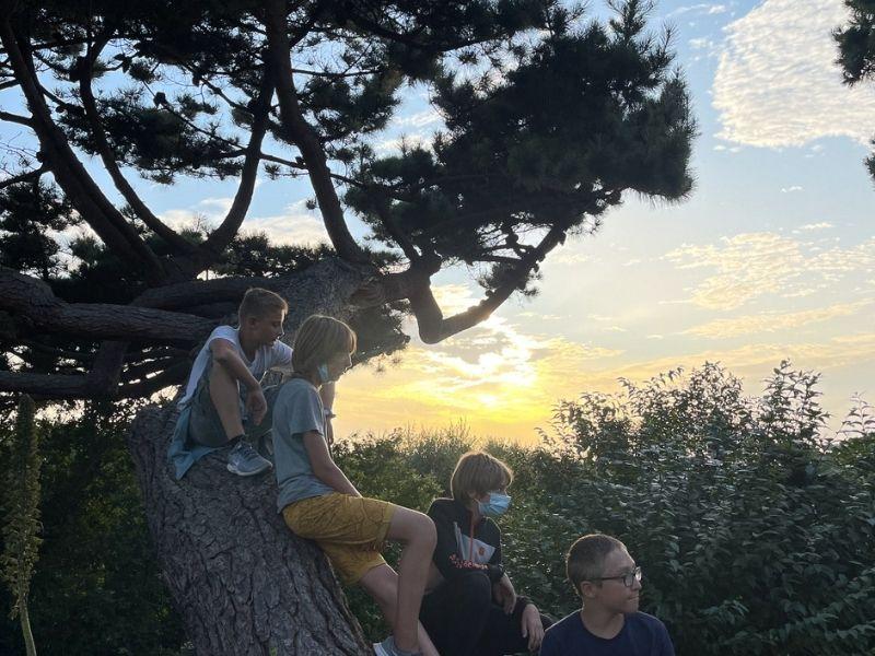 Jeunes devant un coucher de soleil en colo