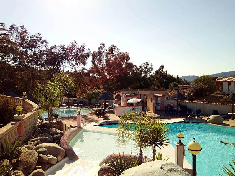 Vue sur la piscine du centre de colonie de vacances en Corse cet été