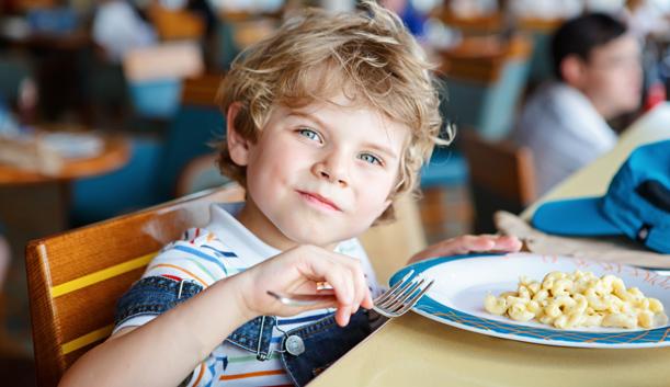 Enfant souriant en train de déguster un plat sans viande