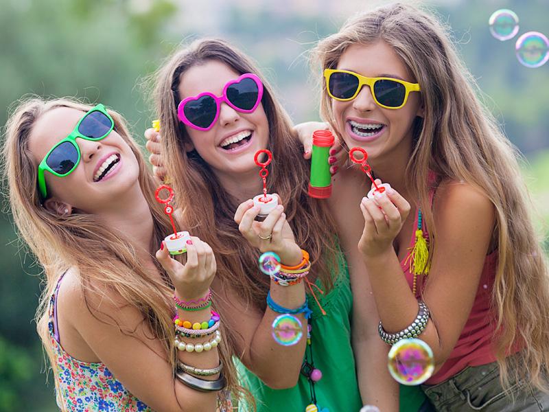 Jeunes filles portant des lunettes de soleil