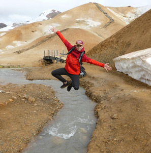 Ado qui saute dans les airs en Islande