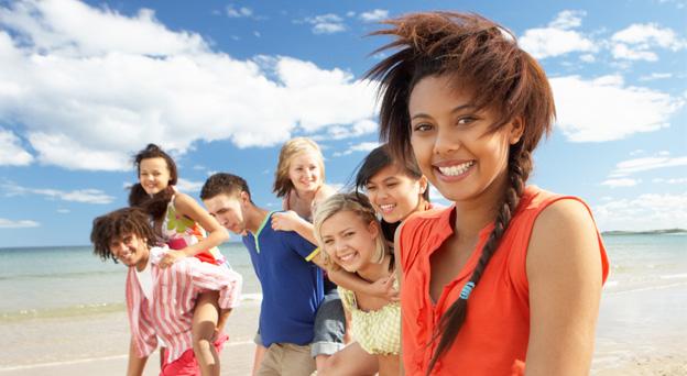 Groupe d'adolescents heureux à la plage