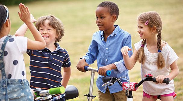 Enfants du même âge se saluant en colonie de vacances