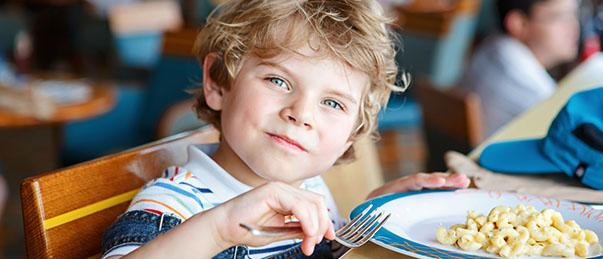 Enfant à table en classe de découvertr