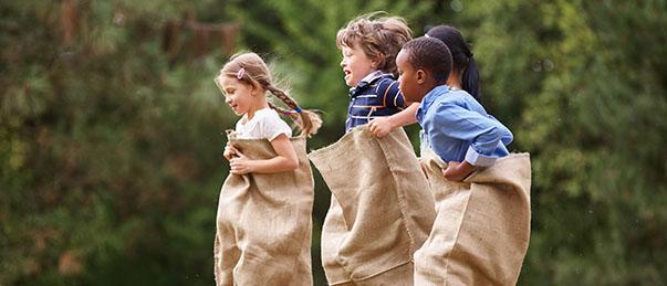 Enfants qui jouent ensemble en classe découverte
