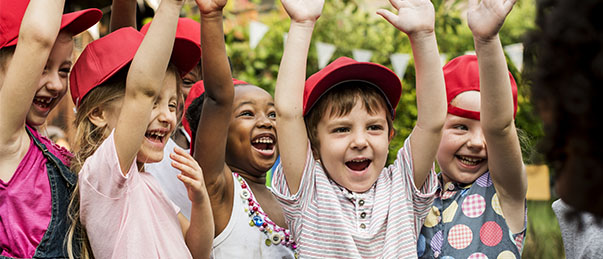 Enfants heureux en classe découverte parfaitement adaptée
