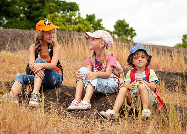 Trois fillettes en classe découverte à la campagne