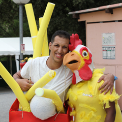 Animateurs déguisés en poulet
