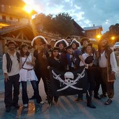 Animateurs de colonies de vacances déguisés en pirates