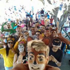 Groupe d'animateurs de colonies de vacances heureux et déguisés