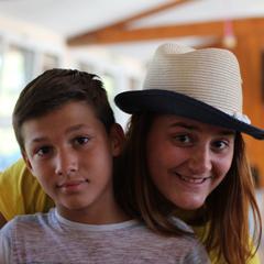 Animatrice de colonie de vacances souriante avec un jeune enfant