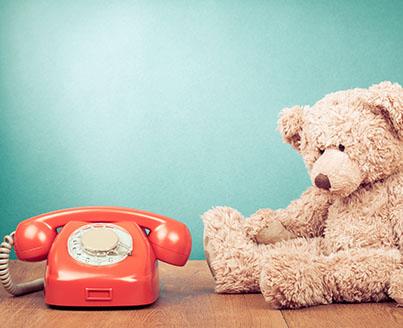 Ourson en peluche et téléphone de l'infirmerie de colonie de vacances