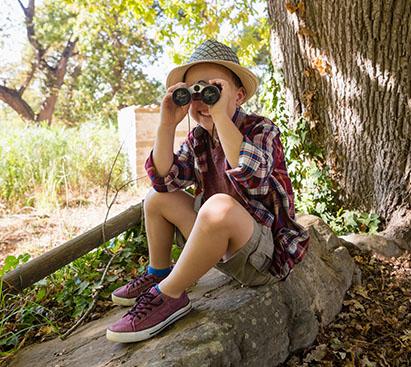 Jeune enfant habillé en aventurier en colonie de vacances