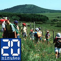 Jeunes enfants dans un champ en train de faire une randonnée